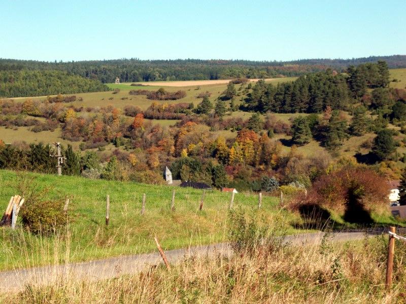 Wandeling Alendorf, dorp tussen hellingen met jeneverbesstruiken